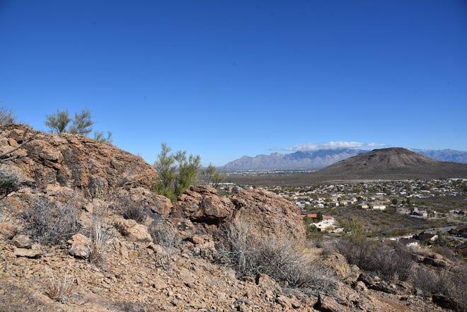 Les montagnes Tortolita vues depuis le sentier du sommet du parc Enchanted Hills Trails à Tucson.