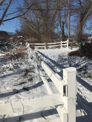 Le rail marche le long de la clôture séparant la voie verte de la Pennfield School.
