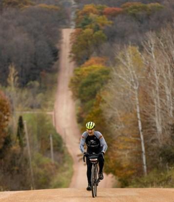 homme, monter, colline, sur, route gravier