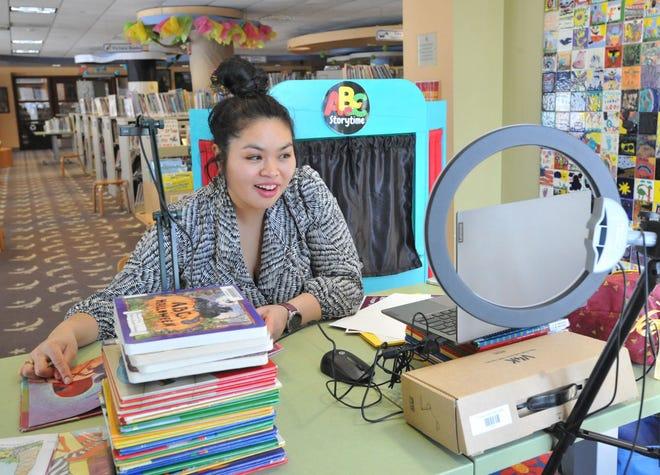 La bibliothécaire pour enfants de la bibliothèque publique Thomas Crane June Thammasnong interagit avec les enfants sur Zoom pendant l'heure du conte de la bibliothèque de Quincy, le mercredi 10 février 2021.