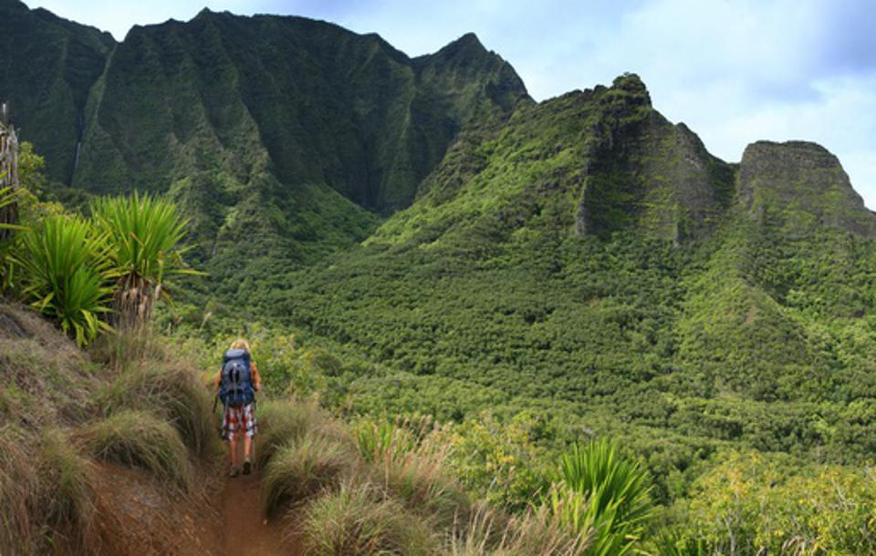 Backpacker sur Kalalau Trail, côte de Na Pali, Hawaii