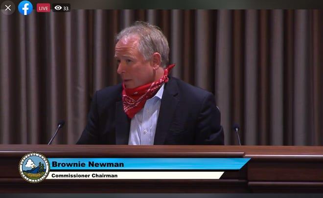 Le président du Conseil des commissaires Brownie Newman écoute une mise à jour sur le COVID-19 lors d'une réunion le 19 mai 2020.