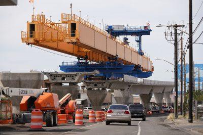 Construction ferroviaire HART près de la rue Ualena alors que le rail se dirige vers la métropole d'Honolulu.