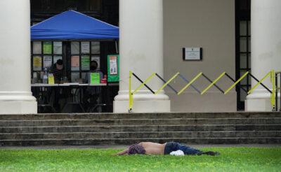 Personne dort sur la pelouse de la bibliothèque d'État d'Hawaï.  5 janvier 2021
