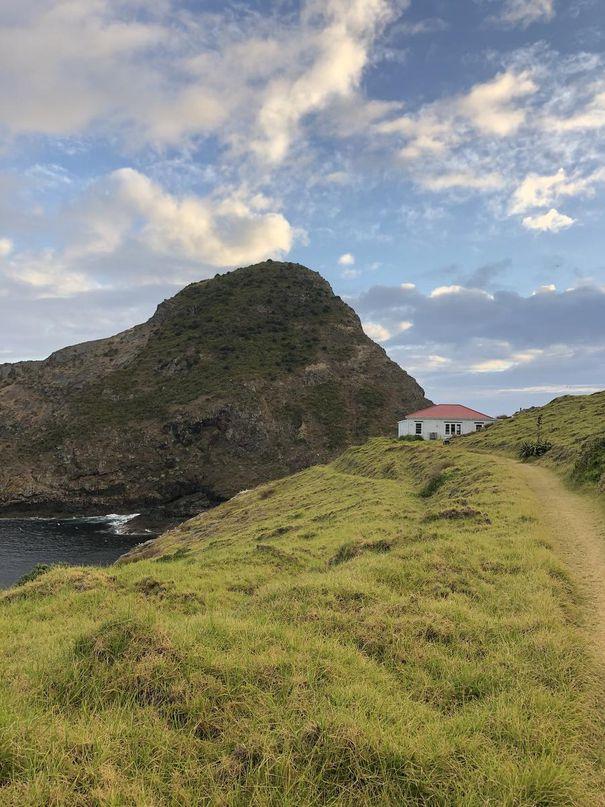 À la pointe de la péninsule, le refuge Cape Brett vous attend après une randonnée de 16,5 kilomètres, qui dure environ huit heures dans chaque sens.