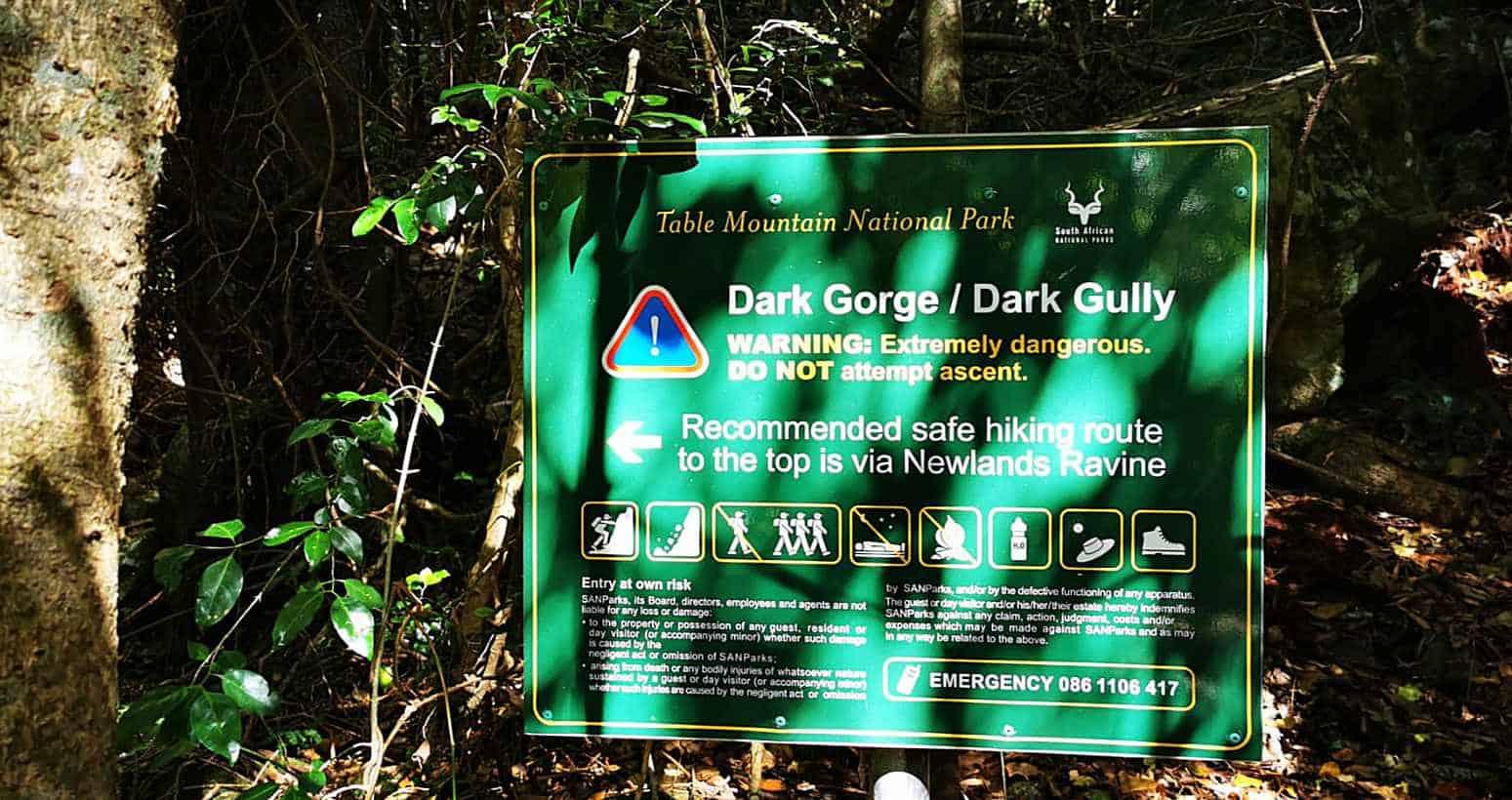 Panneau de départ de l'itinéraire de randonnée de la gorge sombre