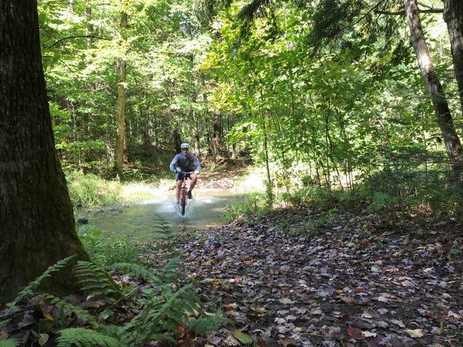 La clé pour être en forme?  S'amuser.  Dave Bach de Medford éclabousse un ruisseau sur le Timm's Hill Trail.