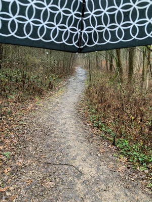 S'il pleut, la randonneuse dévouée Stephanie Sexton de Murfreesboro prend un parapluie lors de sa randonnée.