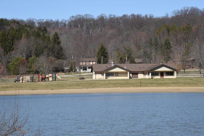 La vue sur le lac, le bâtiment de la concession de plage et l'aire de jeux comme on le voit le 19 mars 2021 à Keystone State Park.