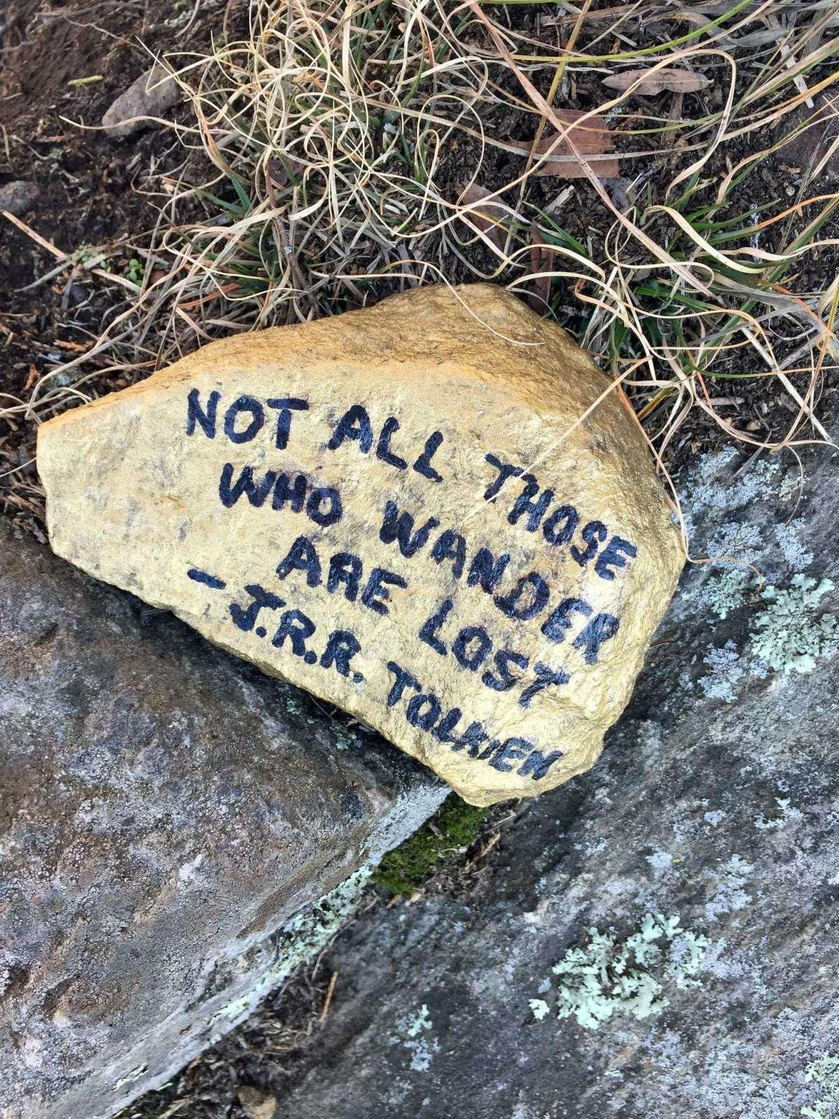 Pat a laissé des roches inspirantes comme celle-ci sur chaque site.