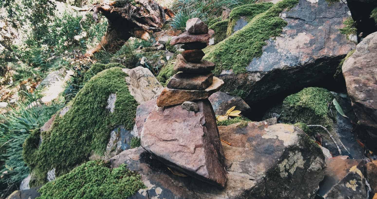 Rock cairns marqueur de randonnée gorge sombre