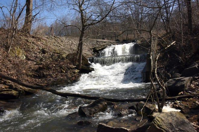 L'eau tombe le 19 mars 2021 sur le déversoir du lac dans le parc d'État de Keystone.