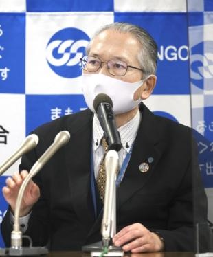 Le président de Rengo, Rikio Kozu, explique les résultats des négociations salariales lors d'une conférence de presse à Tokyo vendredi.  |  KYODO