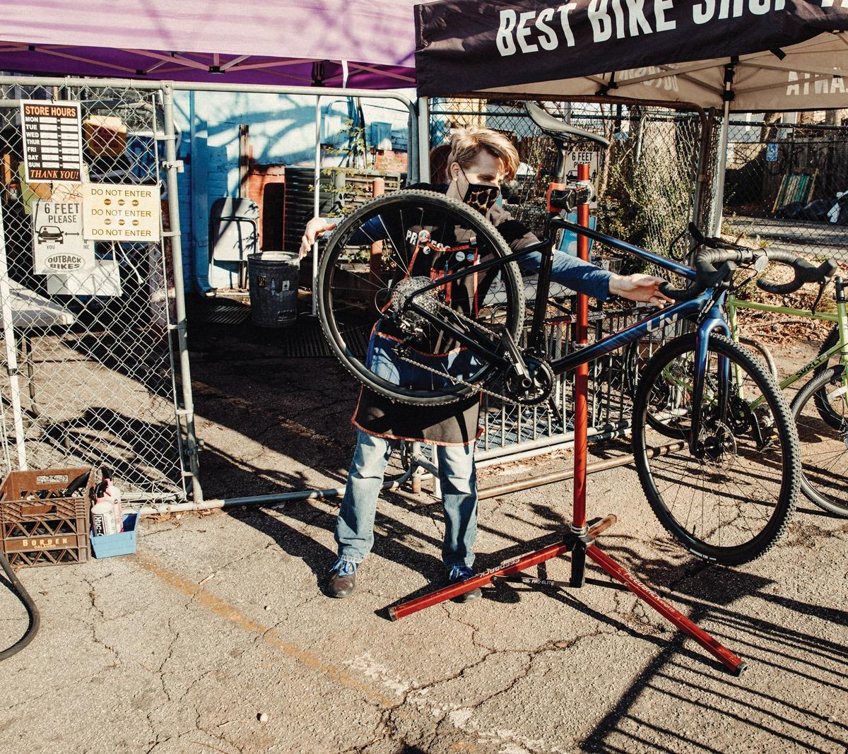 Pour les magasins de vélos locaux, la pandémie a été une leçon d'offre et de demande