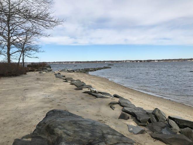 Sally Rock Point comprend une série de rochers qui s'étendent de la plage à Greenwich Bay depuis le coin nord-est du Goddard Memorial State Park à Warwick.