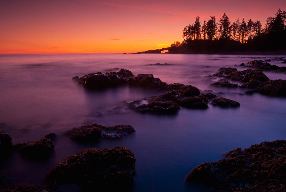 Coucher de soleil sur une plage côtière le long du sentier de la côte ouest.