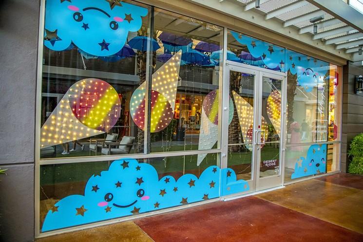 Desert Ridge Marketplace est à la recherche d'artistes pour faire plus de conceptions de fenêtres.
