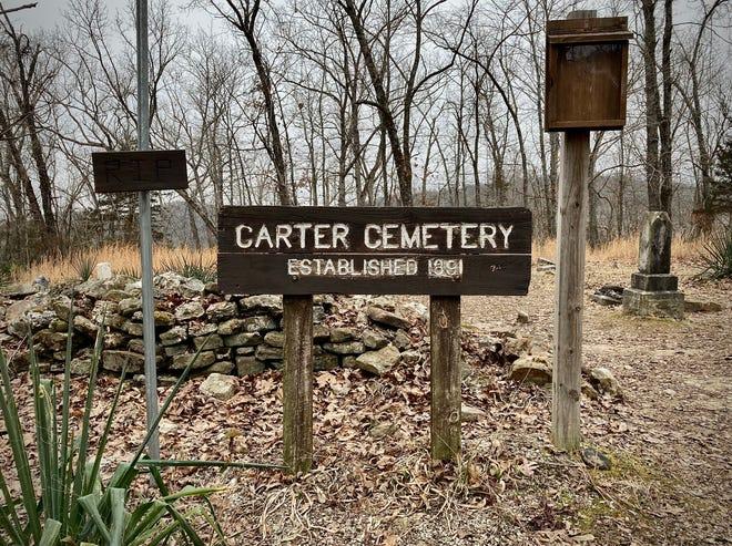 Le cimetière Carter est situé le long du sentier du parc forestier d'État de Busiek.