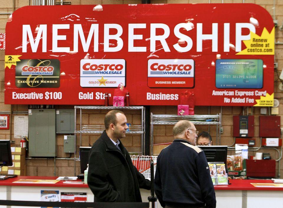 Sur une photo prise le lundi 28 février 2011, les consommateurs font une demande d'adhésion à Costco dans le magasin Costco Wholesale de Glendale, en Californie. Le bénéfice net du troisième trimestre fiscal de Costco a augmenté de 19% grâce à la baisse des charges sur les actifs et au club de gros. tiré plus d'argent des frais d'adhésion.  (Photo AP / Damian Dovarganes)