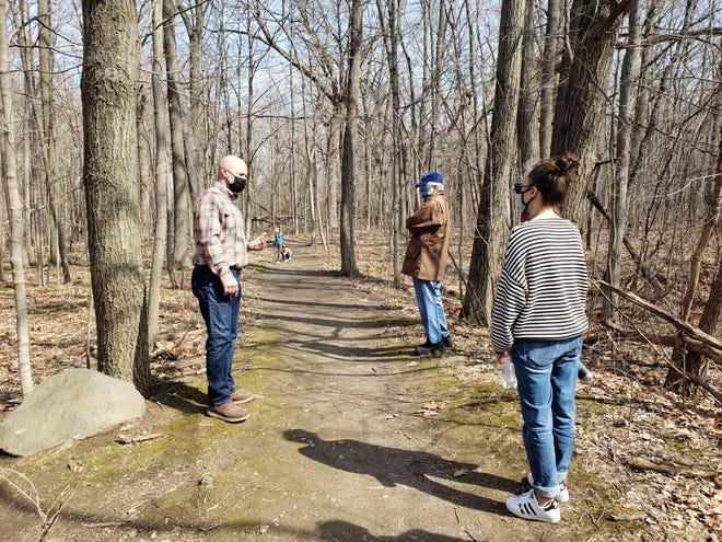Ramsey Radakovich, à gauche, dirige les superviseurs du conseil du comté de Milwaukee lors d'une visite des sentiers de randonnée et de vélo de montagne à Mangan Woods, dans le parc Whitnall, le 30 mars 2021.