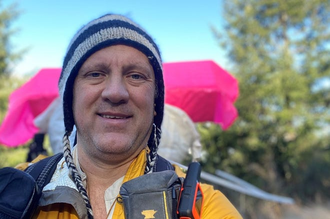 Kevin Koski de Bremerton entame une randonnée de six mois à Santa Fe, au Nouveau-Mexique, le 26 mars. Il espère que son expédition Four Corners Loop sera éventuellement ajoutée en tant que National Scenic Trail.