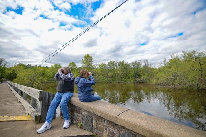 Beth Ann Wright et Geoffrey Wright, résidents de Bethléem, aiment observer les oiseaux au parc Peace Valley.  Ici, dans le parc New Britain, vous pouvez faire du vélo le long du sentier noir autour du lac Galena, qui abrite environ 250 espèces d'oiseaux.  Il y a 14 miles de sentiers naturels dans le parc, y compris des boucles plus petites pour tous les niveaux.  Alors que la boucle principale autour du lac peut être idéale pour les cyclistes et les coureurs, les sentiers qui serpentent à travers le centre de la nature sont pour les randonneurs.
