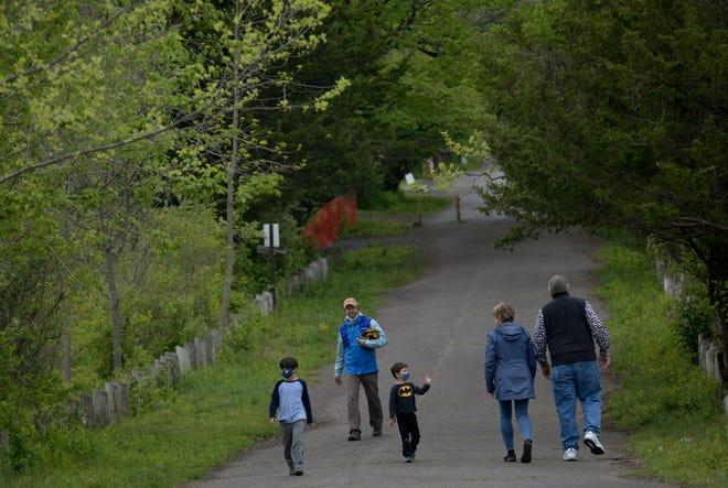 Ici, à Peace Valley Park, vous pouvez faire du vélo le long du sentier noir autour du lac Galena, qui abrite environ 250 espèces d'oiseaux.  Il y a 14 miles de sentiers naturels dans le parc, y compris des boucles plus petites pour tous les niveaux.  Alors que la boucle principale autour du lac peut être idéale pour les cyclistes et les coureurs, les sentiers qui serpentent à travers le centre de la nature sont pour les randonneurs.