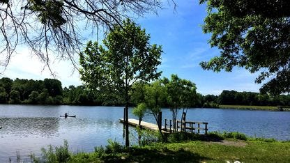 Au Core Creek Park, un parc actif et mouvementé de 1 200 acres, des allées se trouvent dans tout le parc et constituent une piste sûre et bien cartographiée.  Faites une excursion le long du lac de Luxembourg ou profitez simplement d'une course paisible à travers le parc magnifiquement aménagé.  Vous pouvez également profiter des terrains de jeux, des terrains de balle, du tennis, de l'équitation, du canotage et de la pêche.