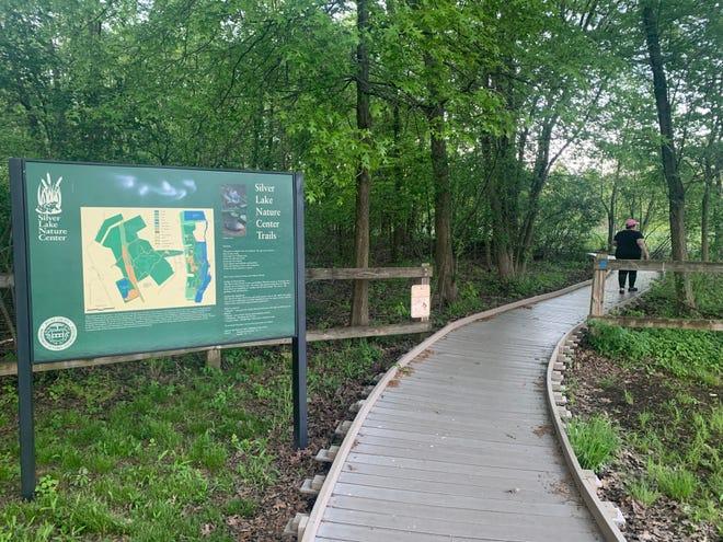 Le Silver Lake Nature Center & Park sur Bath Road dans le canton de Bristol est une forêt de plaine côtière et s'étend sur 460 acres.  Silver Lake Park compte 4,5 miles de sentiers à travers divers habitats entretenus pour améliorer la diversité de la vie végétale et animale.