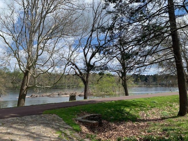Le parc historique de Washington Crossing offre aux visiteurs une vue sur le fleuve Delaware pendant qu'ils explorent.