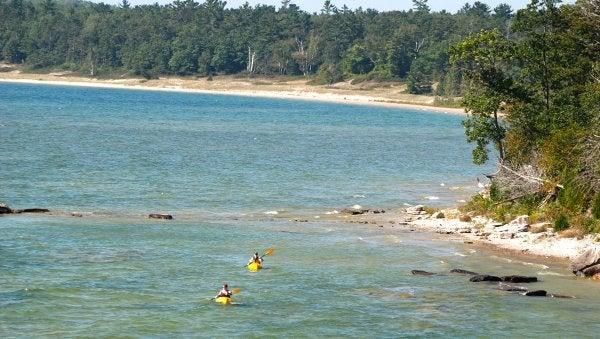 Sports d'aventure; bateau; kayak; rivage; parc d'État ou forêt