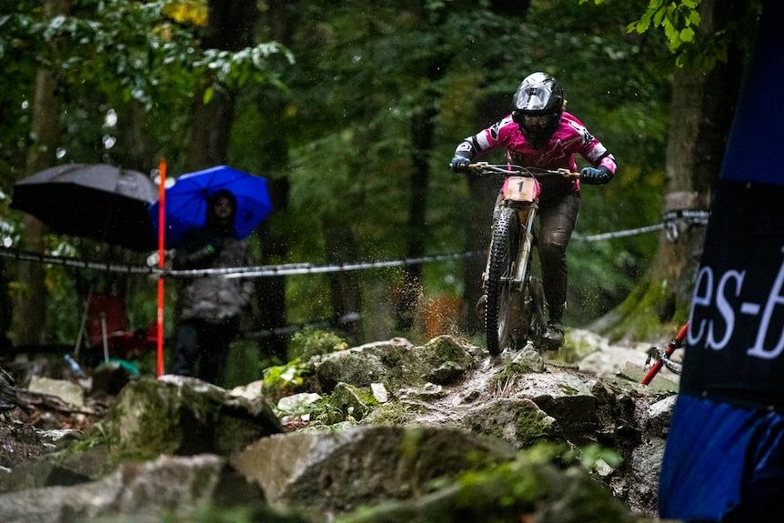 Une personne sur un vélo de montagne dans une forêt