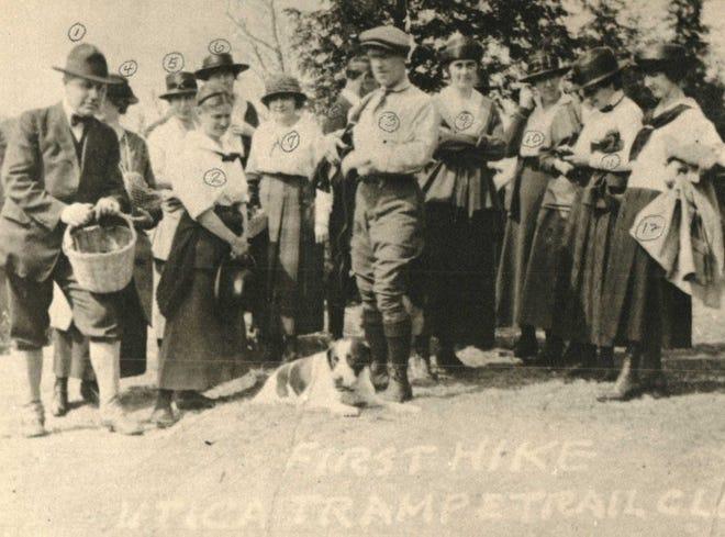 Les membres de l'Utica Tramp and Trail se préparent pour leur toute première sortie sur Cascade Ravine le 30 avril 1921.