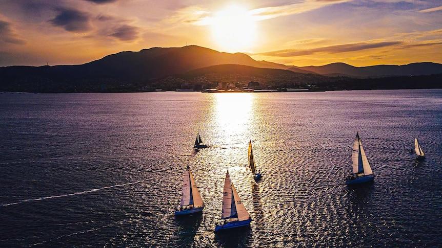 Coucher de soleil sur le mont Wellington/kunanyi de Hobart avec des voiliers sur la Derwent.