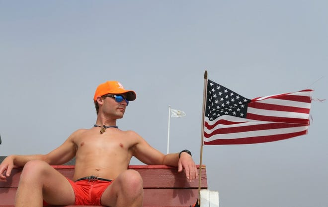 Le sauveteur Andrew LaVallee, 25 ans, de South Kingstown, surveille les nageurs à Scarborough State Beach South, Narragansett, en 2017.