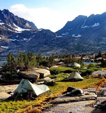 Camping immaculé à Thousand Island Lake le long du Pacific Crest Trail en Californie