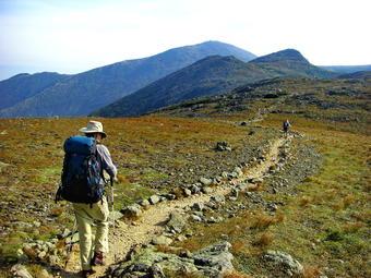 Cette photographie montre un routard sur le sentier des Appalaches dans les Montagnes Blanches du New Hampshire